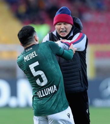 Scintille tra Mihajlovic e Medel&nbsp;durante la sfida del Bologna a Lecce. Al 40&#39; la reazione del centrocampista cileno dopo un fallo di Tachtsidis &egrave; esagerata: il tecnico rossobl&ugrave; interviene per placare gli animi e calmare il suo giocatore per evitare provvedimenti da parte dell&#39;arbitro. Ma Medel&nbsp;non ci sta e ne nasce un altro litigio con il suo allenatore.<br /><br />