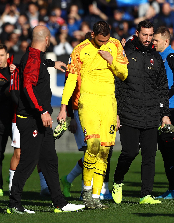 Gianluigi Donnarumma tra i più disperati per il 5-0 subito dal Milan in casa dell'Atalanta: dopo il triplice fischio il portiere rossonero ...