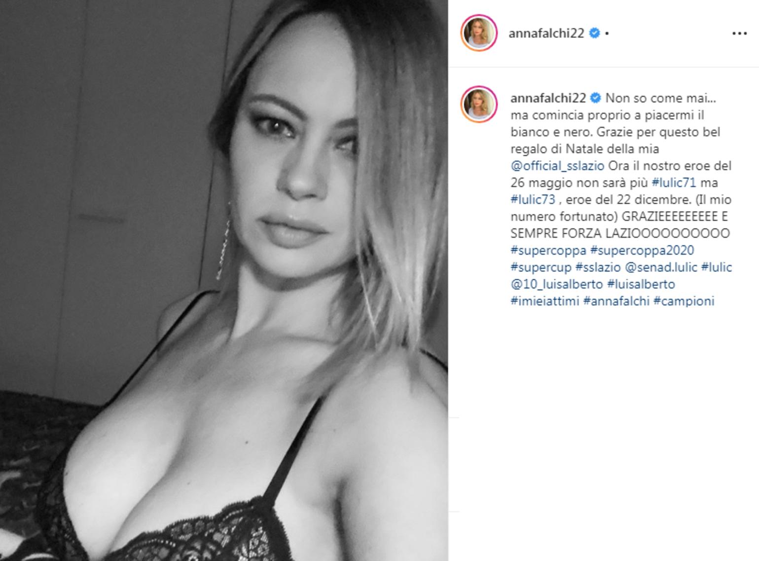 """Anna Falchi, tifosissima della Lazio, su Instagram ha festeggiato il successo contro la Juventus in Supercoppa Italiana: """"Non so come mai... ma c..."""