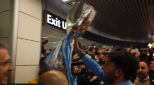 Lazio, tripudio a Fiumicino al rientro da Riad con la Coppa