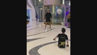 """Cristiano Ronaldo gioca con un bimbo senza gambe: """"Una vera ispirazione"""""""