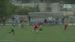 """Triplo dribbling e pennellata: super-gol di""""Lobotka a 8 anni"""