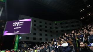 Lancia il cellulare dopo un gol annullato dal Var: arrestato e bannato dalla stadio