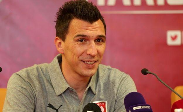 Conferenza stampa in compagnia del tecnico Rui Faria e foto di rito per l'ex attaccante della Juve, che sta per iniziare la sua nuova avventura nella lega qatariota. Per il croato anche un regalo piuttosto singolare: una spada con inciso il suo nome in arabo.
