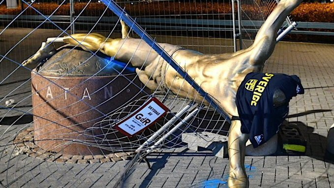 """La  statua di Zlatan Ibrahimovic , installata lo scorso autunno fuori dallo stadio della sua Malmoe, non esiste più. Dopo gli attacchi vandalici subiti nelle scorse settimane dopo la decisione di entrare a far parte della società Hammarby in Svezia, con tanto di naso rotto e altri sfregi, nella notte tra il 4 e il 5 gennaio 2020, vandali hanno spezzato le gambe alla statua facendola crollare definitivamente al suolo. Sicuramente una brutta fine per Ibra in quella che è la sua città e la sua nazione.Lo scultore, Peter Linde, si è espresso su questo spiacevole fatto a Sportbladet: """"Sono scioccato. Per fare un danno del genere serve tempo. Sicuramente qualcuno ha assistito alla scena ma non ha mosso un dito. A questo punto mettetela a Milano, lì i tifosi lo adorano."""""""
