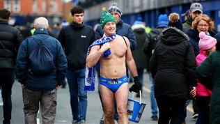 Everton, tifoso in mutande ad Anfield per beneficenza