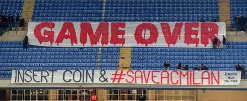 """La cessione, ormai fatta, di Mattia Caldara in prestito all'Atalanta per 18 mesi con diritto di riscatto a 15 milioni di euro ha fatto infuriere dei tifosi milanisti, che sui social network si sono scatenati. Tantissimi i commenti di disapprovazione pubblicati in questi minuti: """"Atalanta-Milan 6-0"""", """"Vergogna"""", """"Siamo diventati la succursale dell'Atalanta"""" e molto altro."""