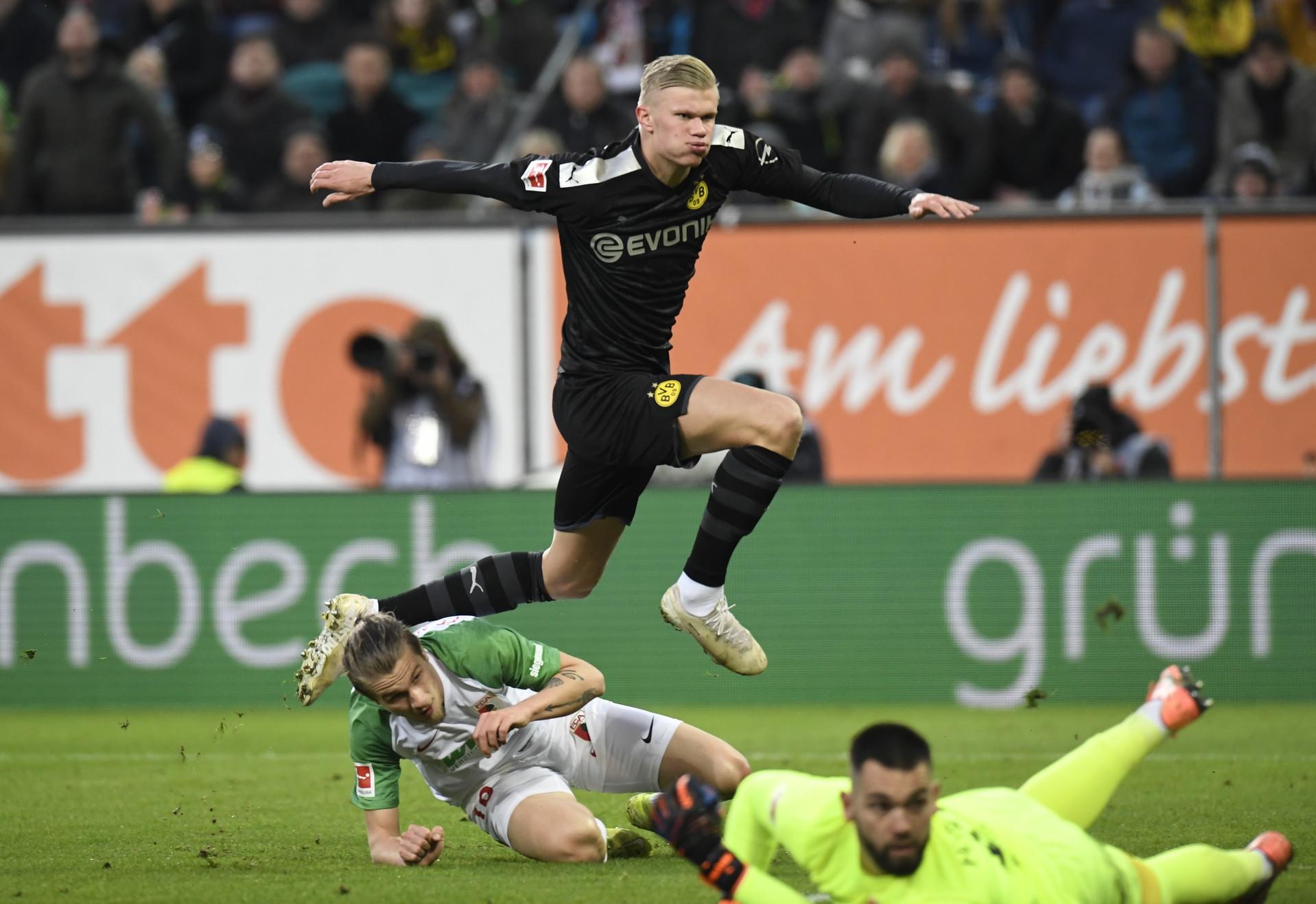 L'attaccante del Borussia Dortmund continua la propria stagione magica anche con la nuova maglia. All'esordio in Bundesliga in giallonero, entra al 56' con il Dortmund sotto 1-3: tripletta nel giro di 23 minuti nel5-3 finale e pallone dritto in bacheca