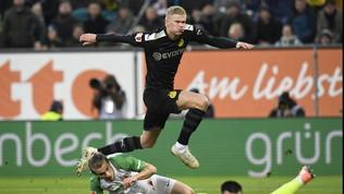 Haaland plana sulla Bundesliga: tripletta in 23' all'esordio