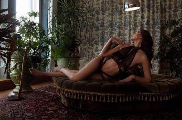 Delfina Aziri, modella albanese, non si dedica solo a passerelle e shooting: nel cuore c'è spazio anche per la Juventus.