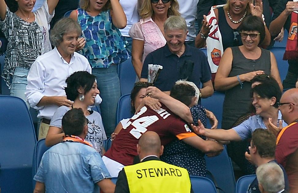 21 settembre 2014: Roma-Cagliari, Florenzi abbraccia la nonna in tribuna
