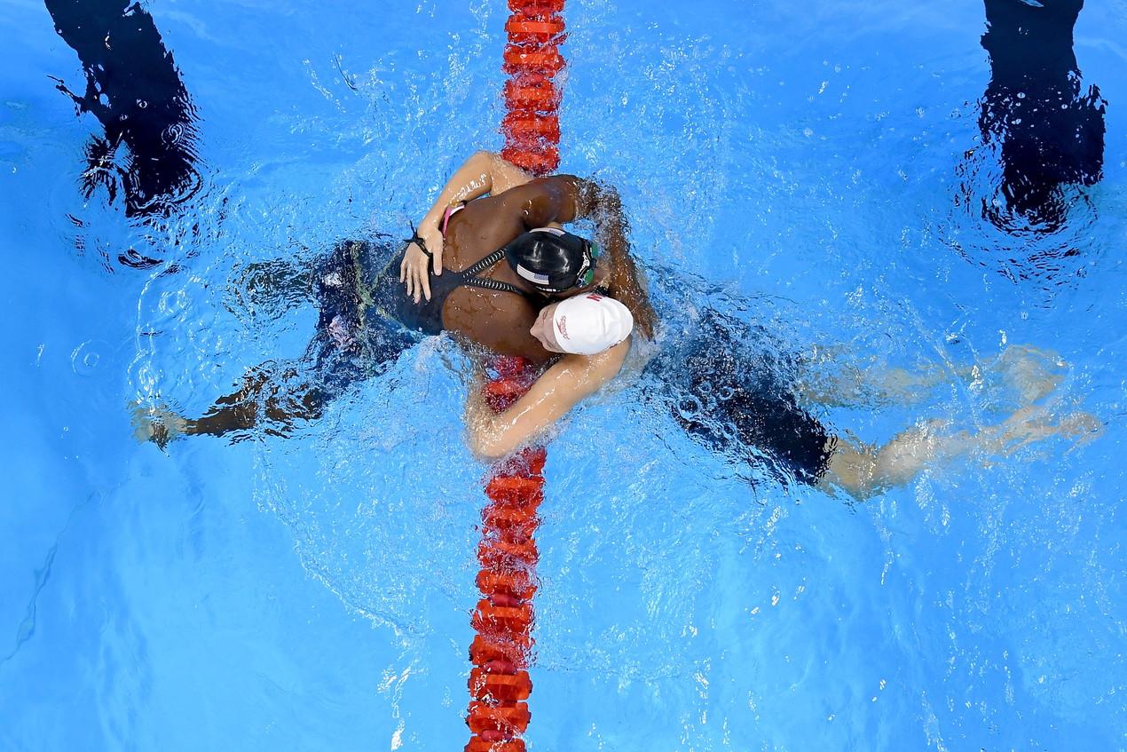 """11 agosto 2016: abbraccio """"acquatico"""" tra Simone Manuel e Penny Oleksiak alle Olimpiadi di Rio"""