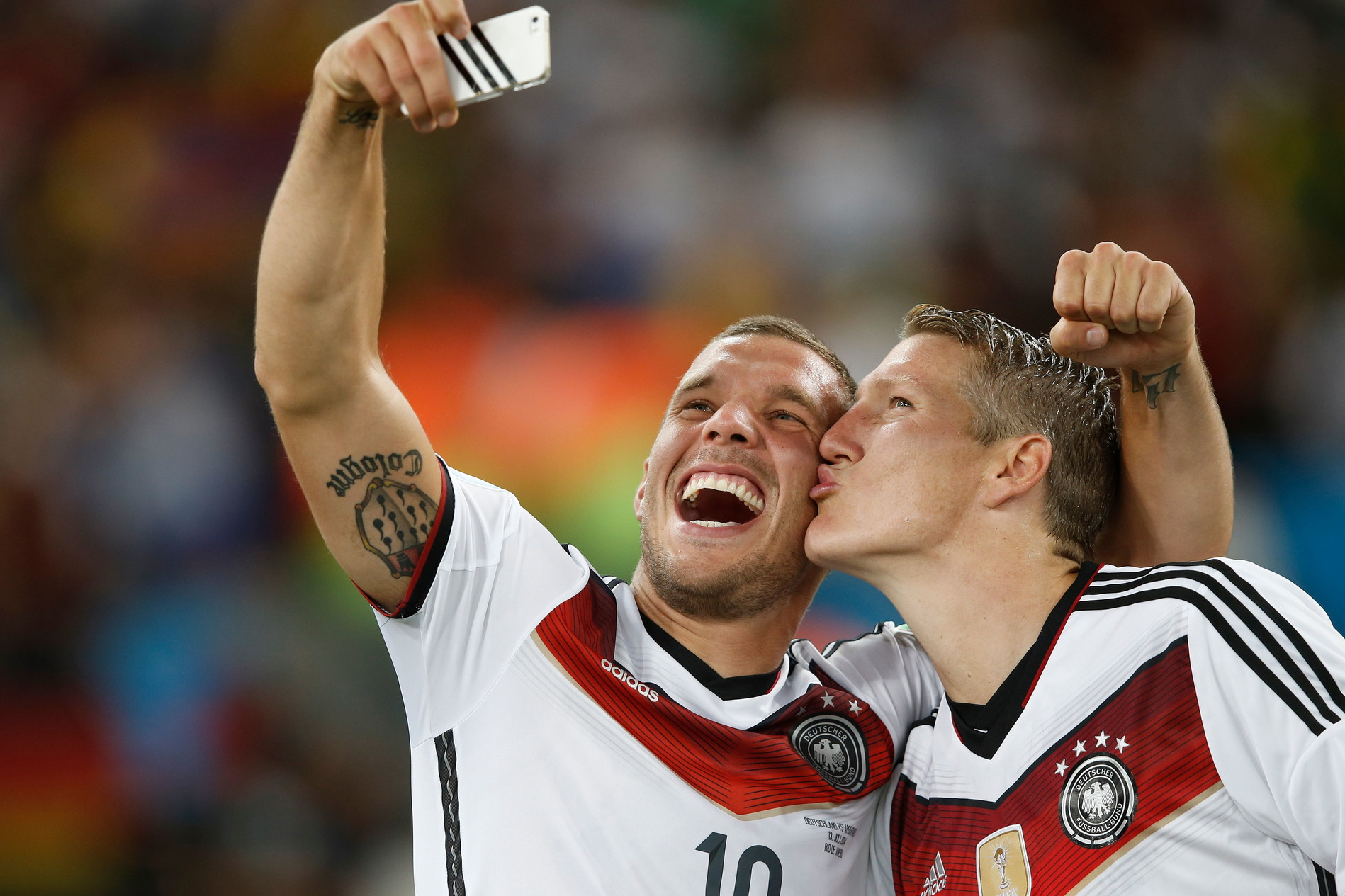 13 luglio 2014: Schweinsteiger e Podolski festeggiano il Mondiale vinto in Brasile
