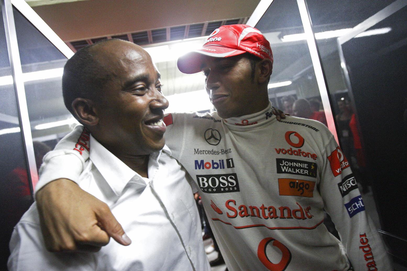 2 novembre 2008: Lewis Hamilton abbraccia il padre dopo la vittoria del titolo in F1