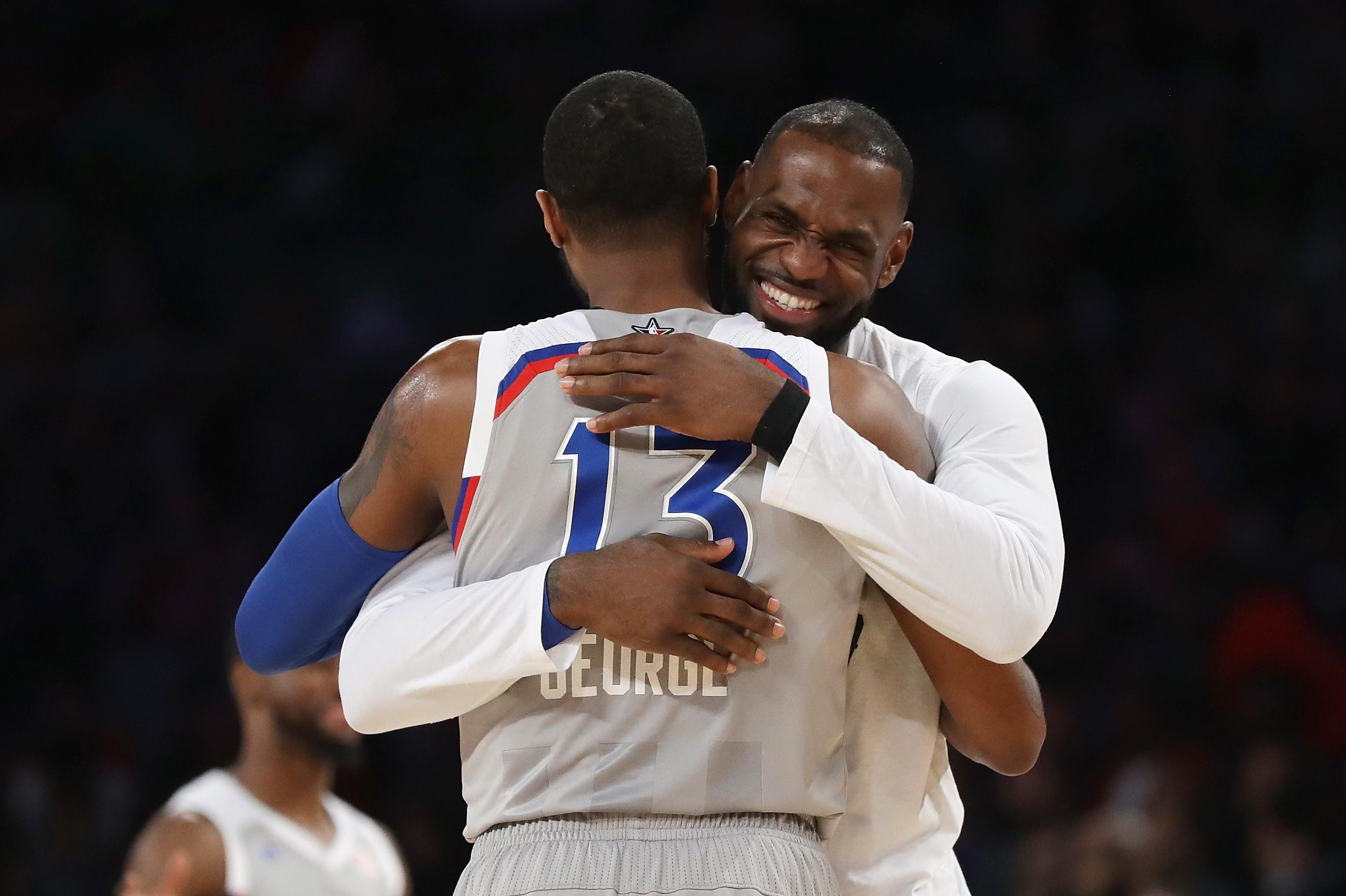 19 febbraio 2017: LeBron James abbraccia Paul George dopo l'All Star Game