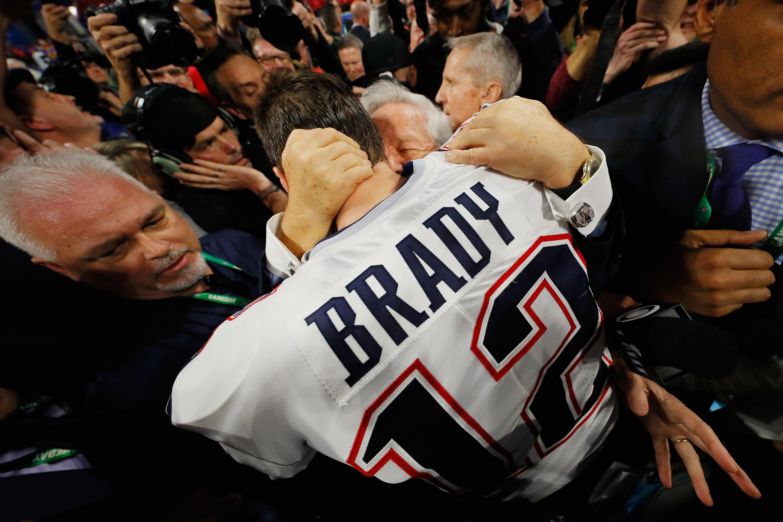 3 febbraio 2019: Tom Brady abbraccia il presidente dei New England Patriots dopo la vittoria del Super Bowl