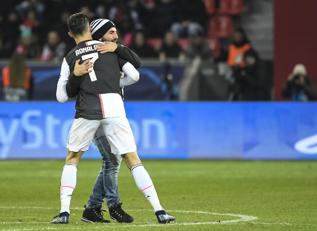11 dicembre 2019: un invasore di campo abbraccia Cristiano Ronaldo durante Bayer Leverkusen-Juventus