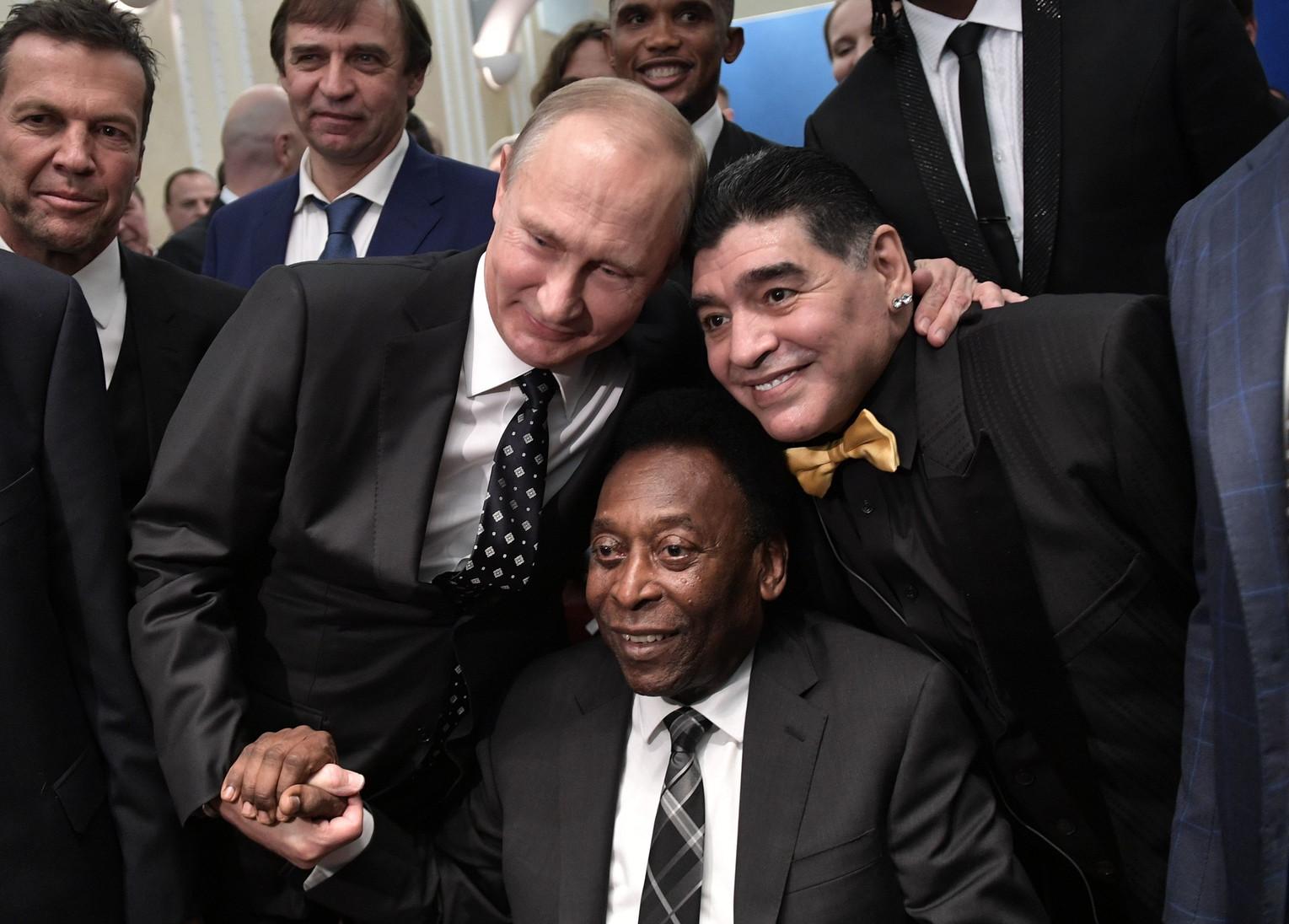 1 dicembre 2017: abbraccio Maradona, Pelè e Putin durante il sorteggio della fase finale di Mondiali 2018