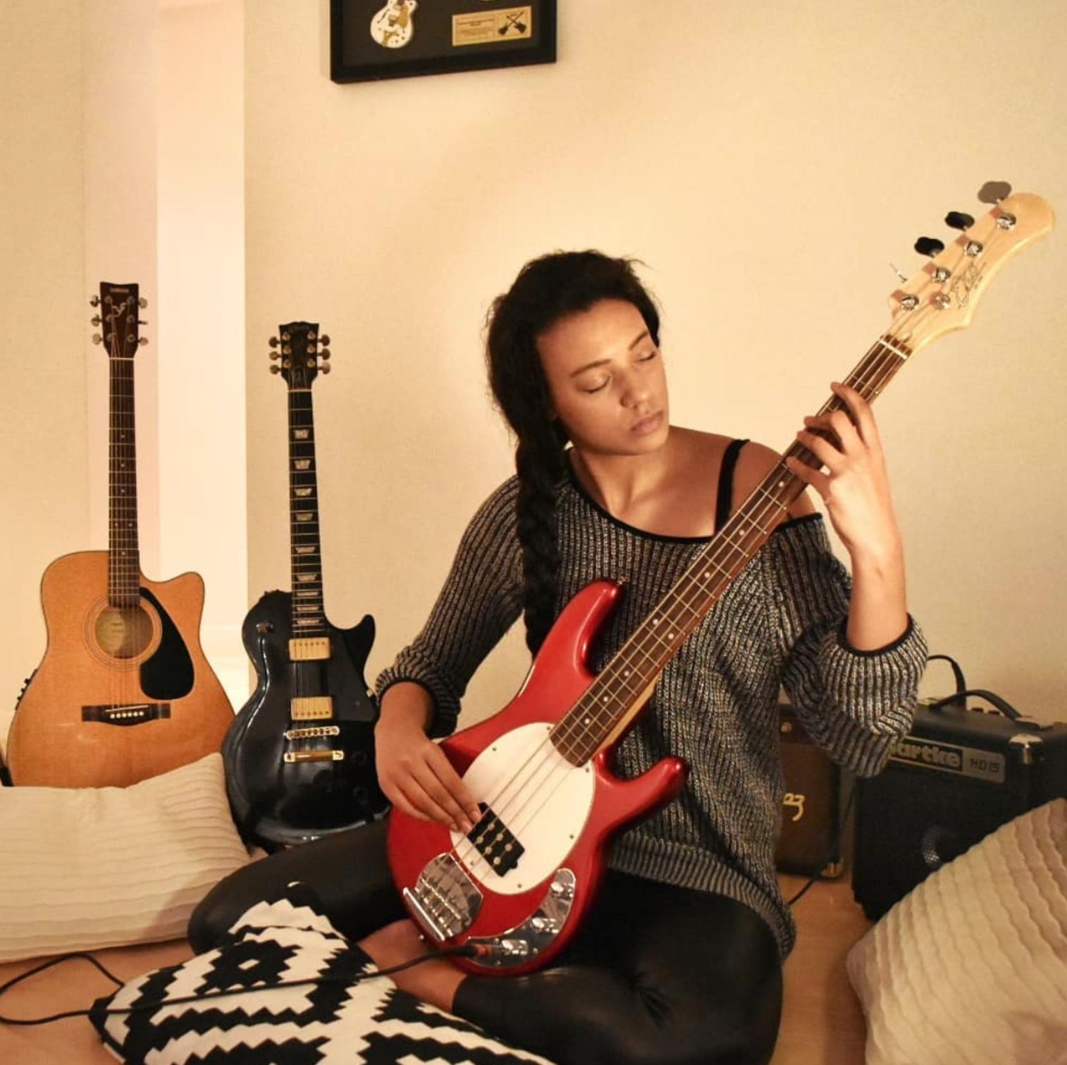 Per lei anche un grande hobby: suonare il basso.