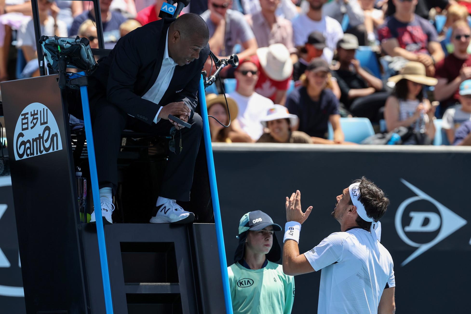 """Splendida rimonta, racchette spaccate, penalty-point esfuriata in italiano contro l'arbitro. Fabio Fognini ha dato spettacolo in tutti i sensi nel primo turno degli Australian Open contro il gigante americanoReilly Opelka. Il tennista ligure è esploso nel secondo game del quinto e decisivo set contro l'arbitro di sedia, il brasilianoCarlos Bernardes Fefè.""""Fai pena, ho solo fatto così con la racchetta.Non puoi parlare, stai zitto, l'ho fatto due volte. Poi hai capito perché non ti voglio più vedere?Non mi metti tranquillità, non puoi darmi la penalità nel 5° set - lo sfogo del numero 12 del mondo -. Siamo 1-0 al 5°, devi usare la testa e non darmi penalty-point. Non ti ho mandato aff.... Per quello non voglio stare con te,non mi dai sicurezza e non mi piaci. Io già ho i cazzimiei, in più vedo te sulla sedia esbrocco perché non sei all'altezza""""."""