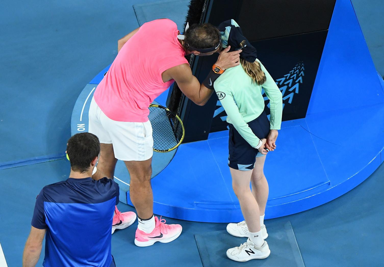 Colpisce la raccattapalle durante la sfida del secondo turno degli Australian Open contro l'argentino Federico Delbonis(vinta per 6-3, 7-6, 6-1) poi si scusa. E' successo a RafaNadal. Il tennista maiorchinonumero uno del mondo è poi andato dalla ragazza per sincerarsi delle sue condizioni, le ha dato un bacio e le ha regalato la sua fascia per i capelli.