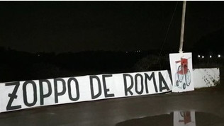 """Striscioni dei laziali a Trigoria: """"Zaniolo zoppo de Roma"""""""