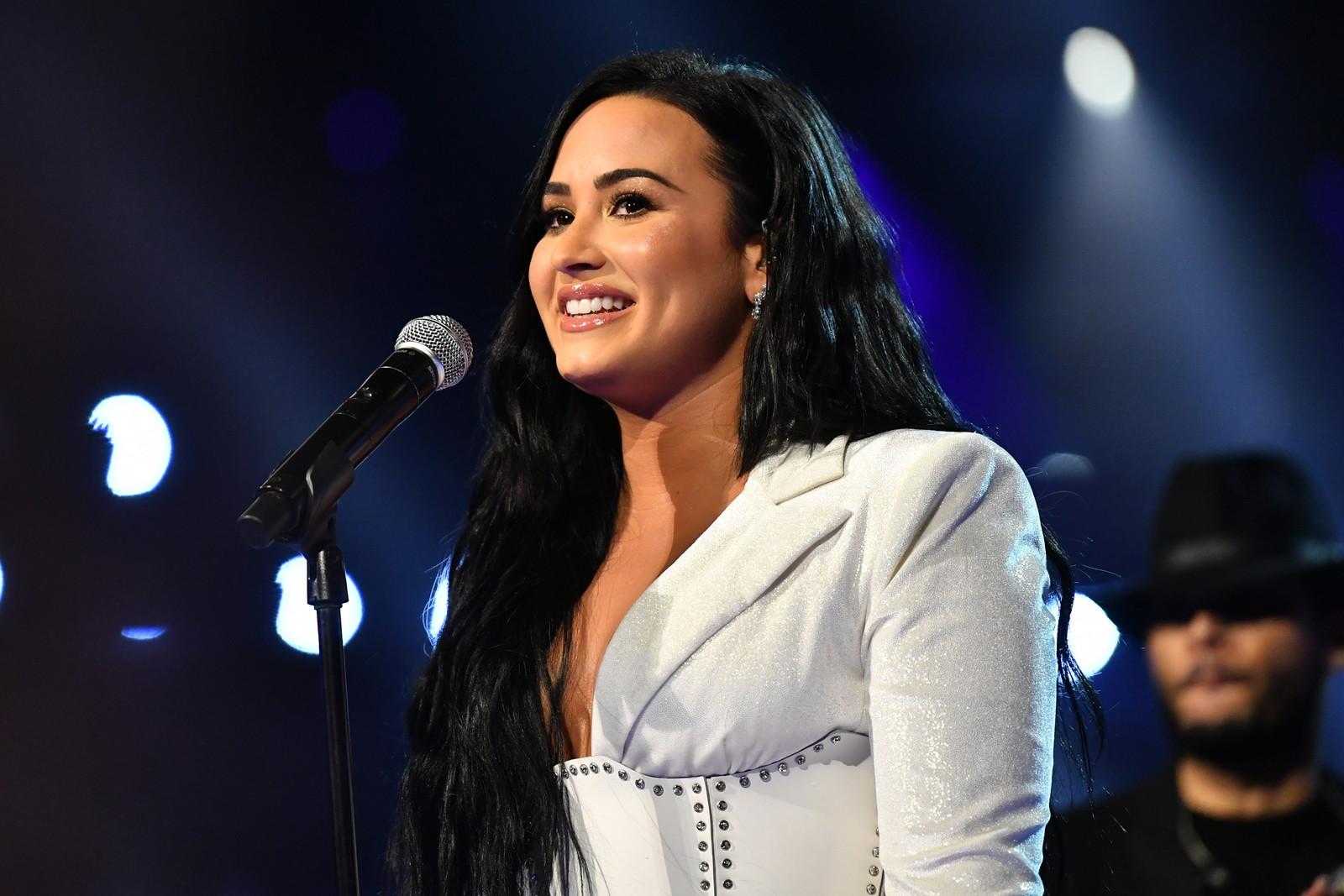 Extra-campo: sarà Demi Lovato a cantare l'inno degli Stati Uniti d'America primi dell'inizio del match.