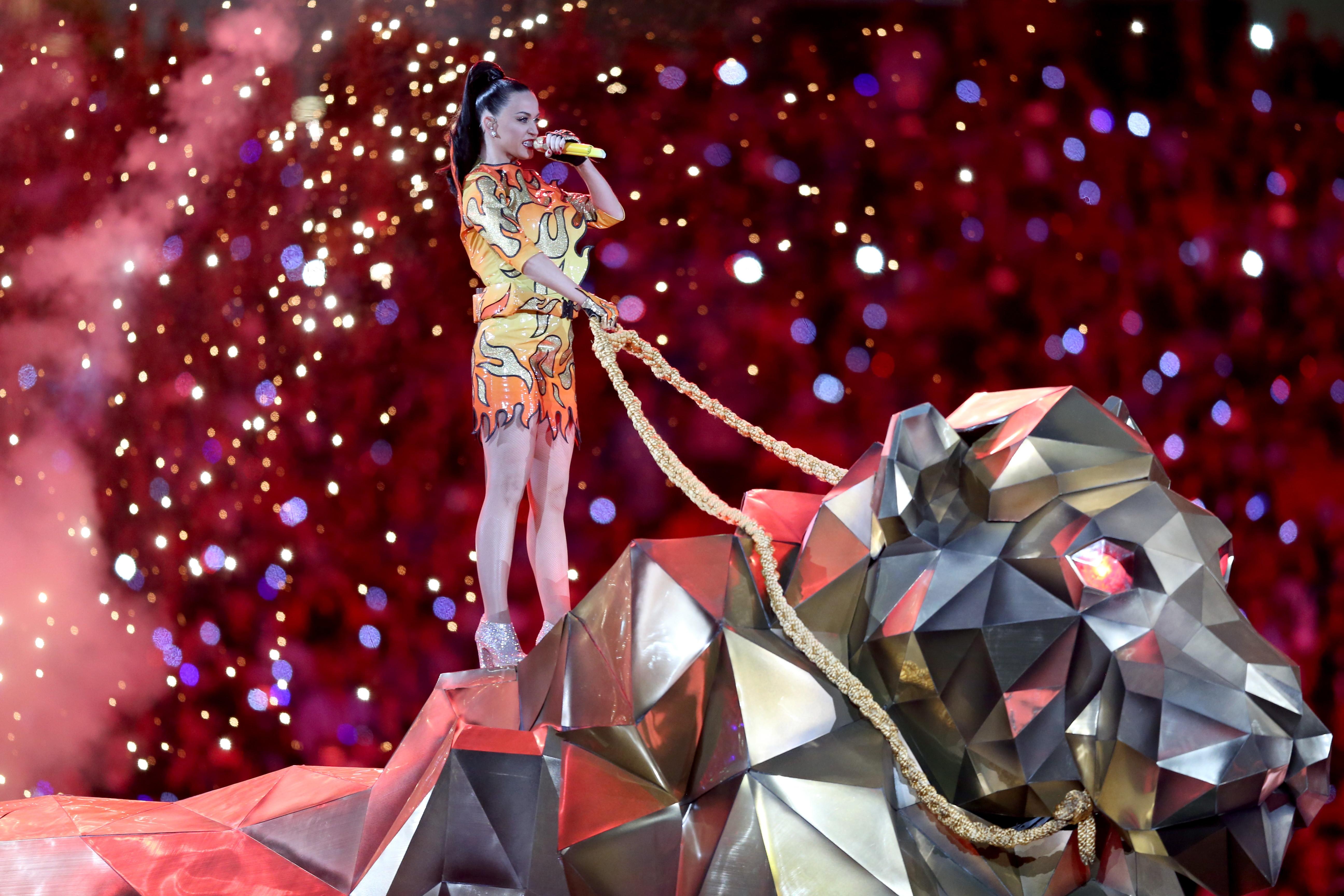 Nel 2015 Katy Perry si è esibita con Lenny Kravitz e Missy Elliott. La cantante americana è entrata nello stadio cavalcando un grosso leone meccanico dorato.