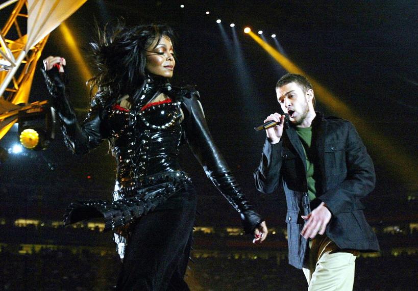 """Il """"Nipplegate"""": siamo nel 2007 quando Justin Timberlake inavvertitamente strappa il vestito a Janet Jackson mostrandone le intimità. Feroci polemiche."""