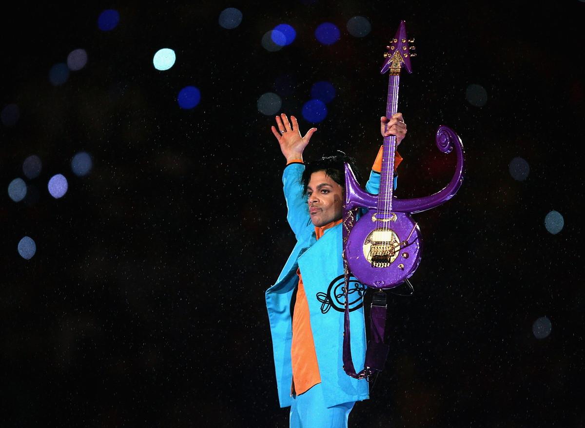 """L'esibizione di Prince al Super Bowl del 2007 è a detta di molti la più bella in assoluto: """"Purple Rain"""", con lo stadio colorato di viola genera ancora oggi una forte emozione."""
