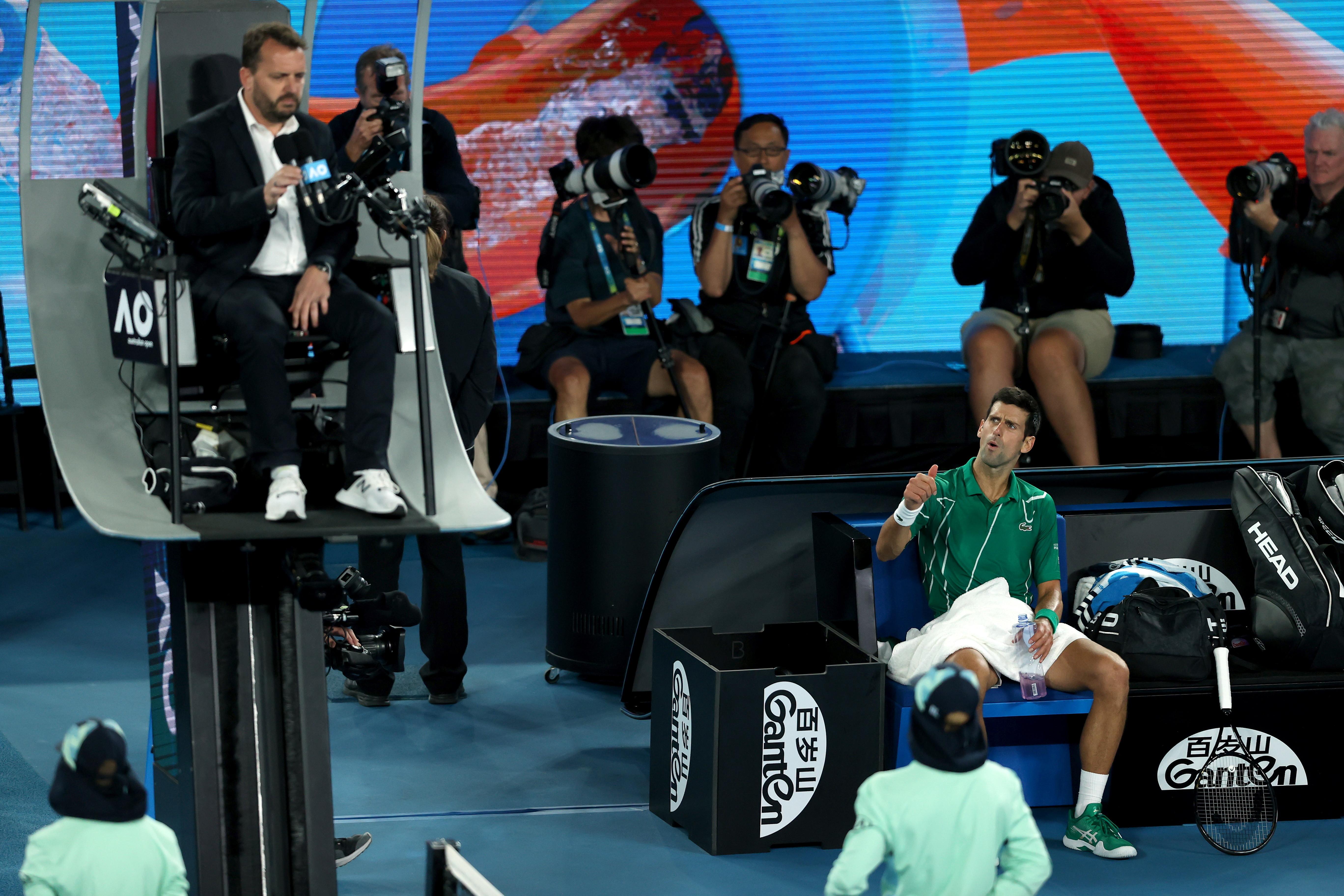 """Furia Djokovic contro il giudice di sedia durante la finale degli Australian Open. Nella sfida con l'austriaco Dominic Thiem, dopo un doppio warning, il serbo numero 2 del ranking mondiale è sbottato: """"Ti sei fatto notare in questa partita, ottimo lavoro. Specialmente sul secondo- ha detto Nole avvicinandosi all'arbitro - Sei diventato famoso, ben fatto""""."""