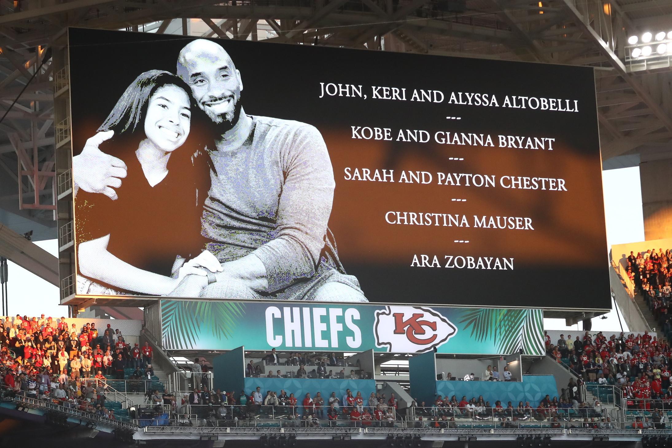 Doverosoil tributo aKobe Bryantprima dell'inizio del 54º Super Bowl tra Chiefs e 49ers. La stella del basket è mortalo scorso 26 gennaio in un tragico incidente con il suo elicottero. A bordo con lui altre 8 persone, tra cui sua figlia Gianna.