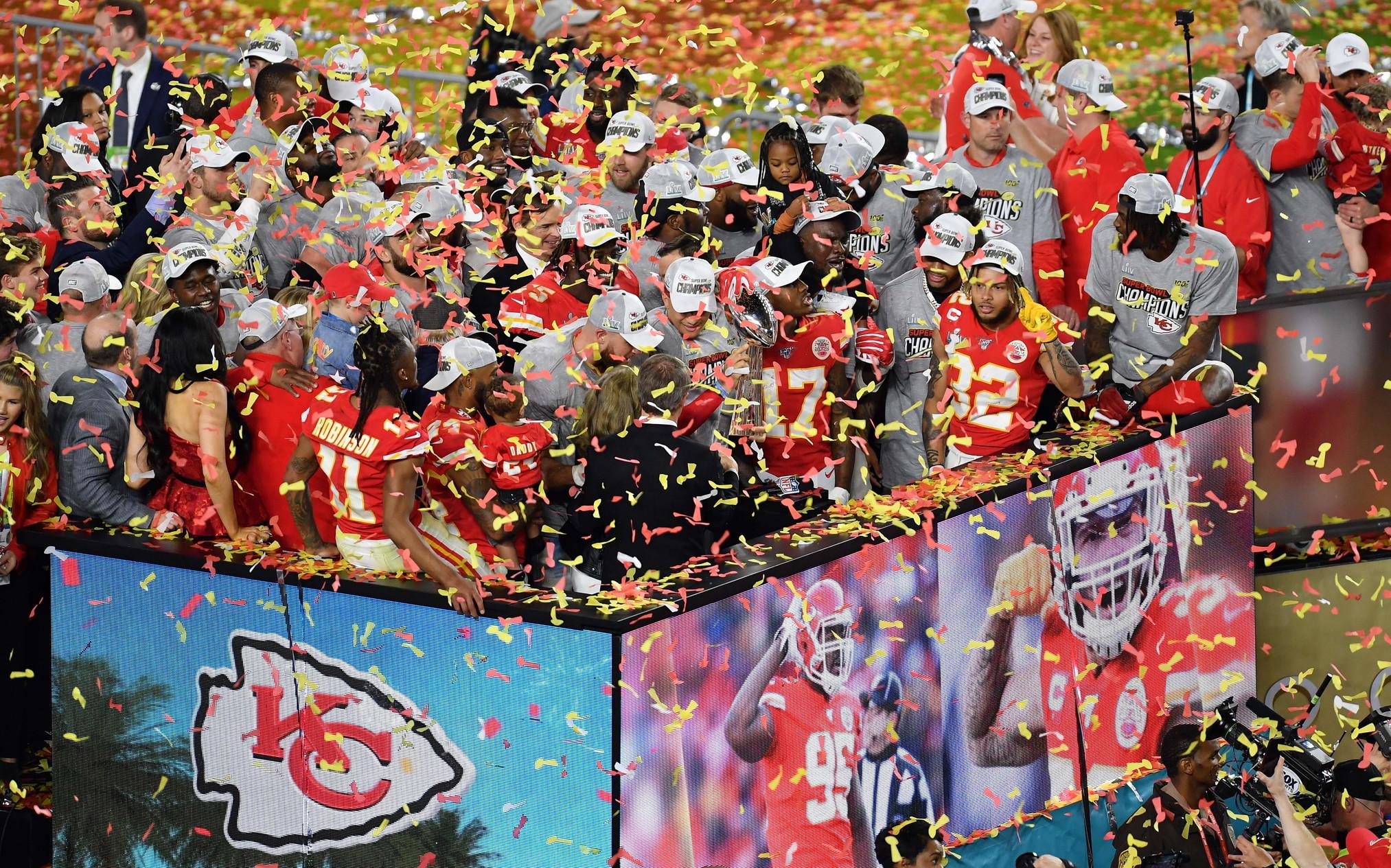 È un Super Bowl di alta qualità quello che è andato in scena all'Hard Rock Stadium di Miami e che ha visto i Kansas City Chiefs trionfare 50 anni dopo l'ultima volta. Un'eccezionale prova difensiva non basta ai San Francisco 49ers, che in vantaggio 20-10 subiscono una incredibile rimonta propiziata da una magia di Patrick Mahomes (poi premiato MVP). 31-20 è il risultato finale, con Andy Reid che conquista così il suo primo anello.