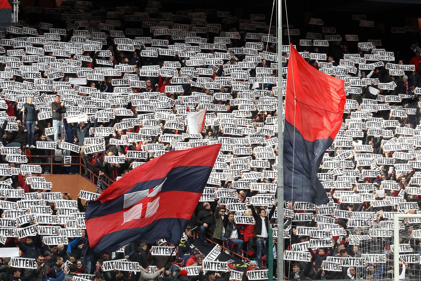 Contestazione organizzata dal tifo rossobl&ugrave; allo stadio Ferraris di Genova contro il presidente del Genoa Enrico Preziosi: centinaia di cartelli con la scritta &#39;Vattene&#39; sono stati esposti in tutti i settori all&#39;inizio della partita con il Cagliari. In Gradinata Nord, cuore del tifo genoano, i cartelli sono stati accompagnati da cori insultanti rivolti al presidente. L&#39;evento&nbsp;rientra nelle iniziative di contestazione che erano state preannunciate in settimana dagli Ultr&agrave; della Gradinata Nord e dall&#39;Associazione Club Genoani. Preziosi, ormai da mesi al centro della contestazione delle tifoserie, non &egrave; presente a Marassi.<br /><br />
