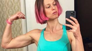 Fede, un 2020 multicolor: capelli rosa shocking