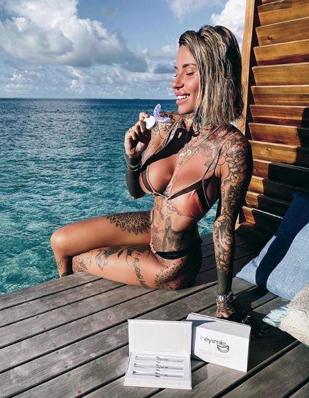 The Hernandez, difensore del Milan, è stato paparazzato in compagnia di Zoe Cristofoli, ex di Fabrizio Corona, in un ristorante nel centro di Milano.