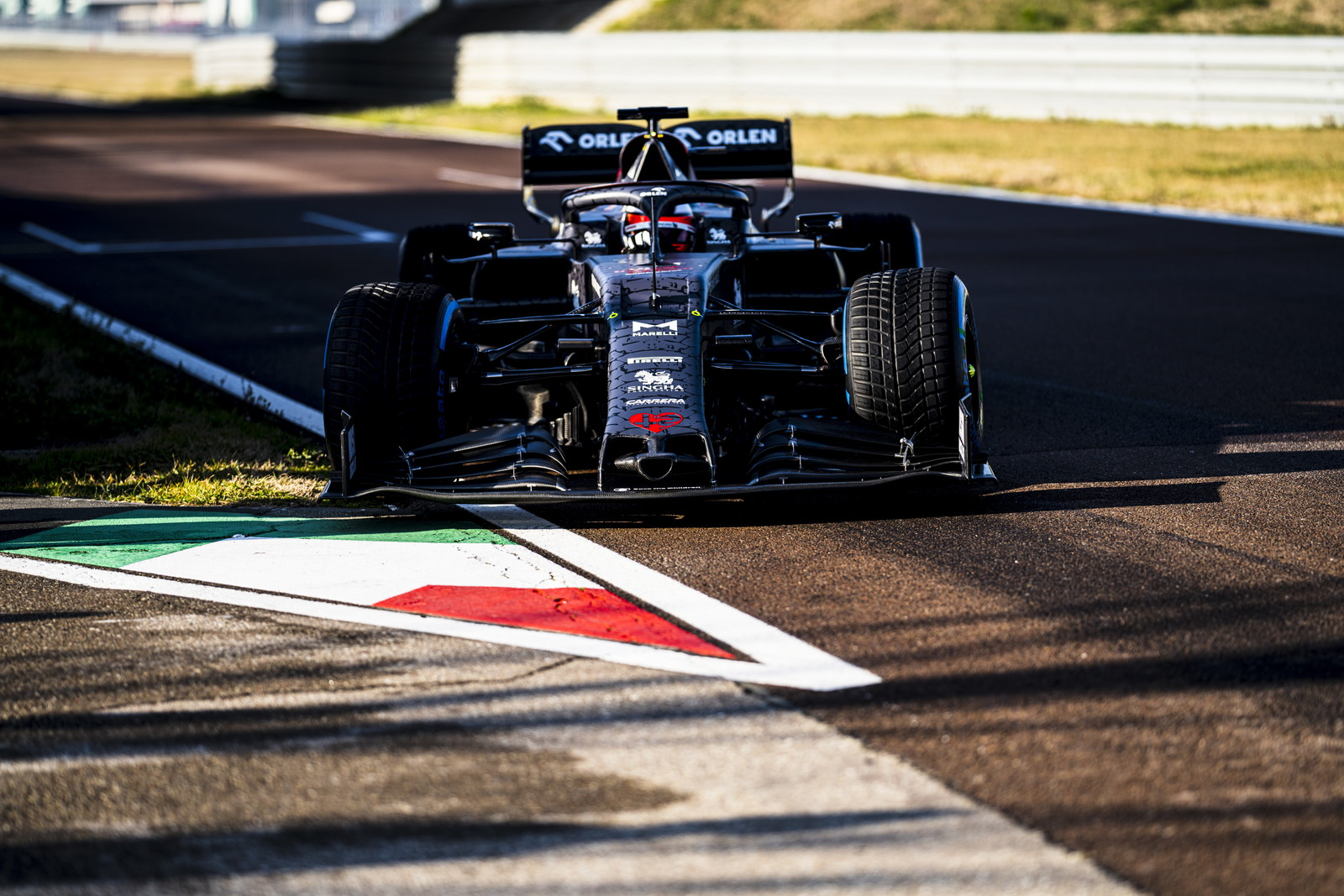 L'Alfa Romeo Sauber C39 è scesa in pista a Fiorano con Kimi Raikkonen per lo shakedown. Livrea camouflage dedicata al Biscione: i colori per la stagione verranno svelati a Barcellona in occasione dei test.