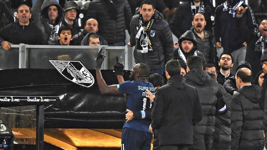 Il razzismo tornatristemente d'attualità nel mondo del calcio. Durante la sfida tra Vitoria Guimaraes e Porto, infatti,Moussa Marega è stato vittima di insulti razzisti dopo aver segnato un gole per tutta risposta ha deciso di abbandonare il campo e si è rifiutato di proseguire la partita.