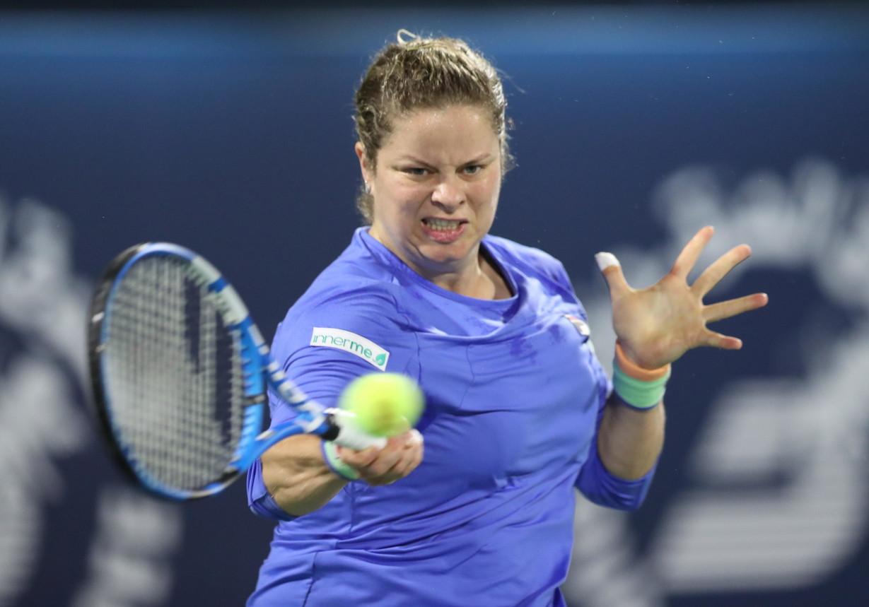 Un po' sovrappeso, ma sempre combattiva, Kim Clijsters ha fatto il suo ritorno in campo dopo quasi 8 anni grazie a una wild card al torneo di Dubai. Al primo turno la belga ex numero 1 al mondo non è stata fortunata nel sorteggio, visto che ha affrontato Garbine Muguruza, fresca finalista degli Australian Open. La spagnola ha vinto 6-2, 7-6, ma la 36enne Kim non ha sfigurato.
