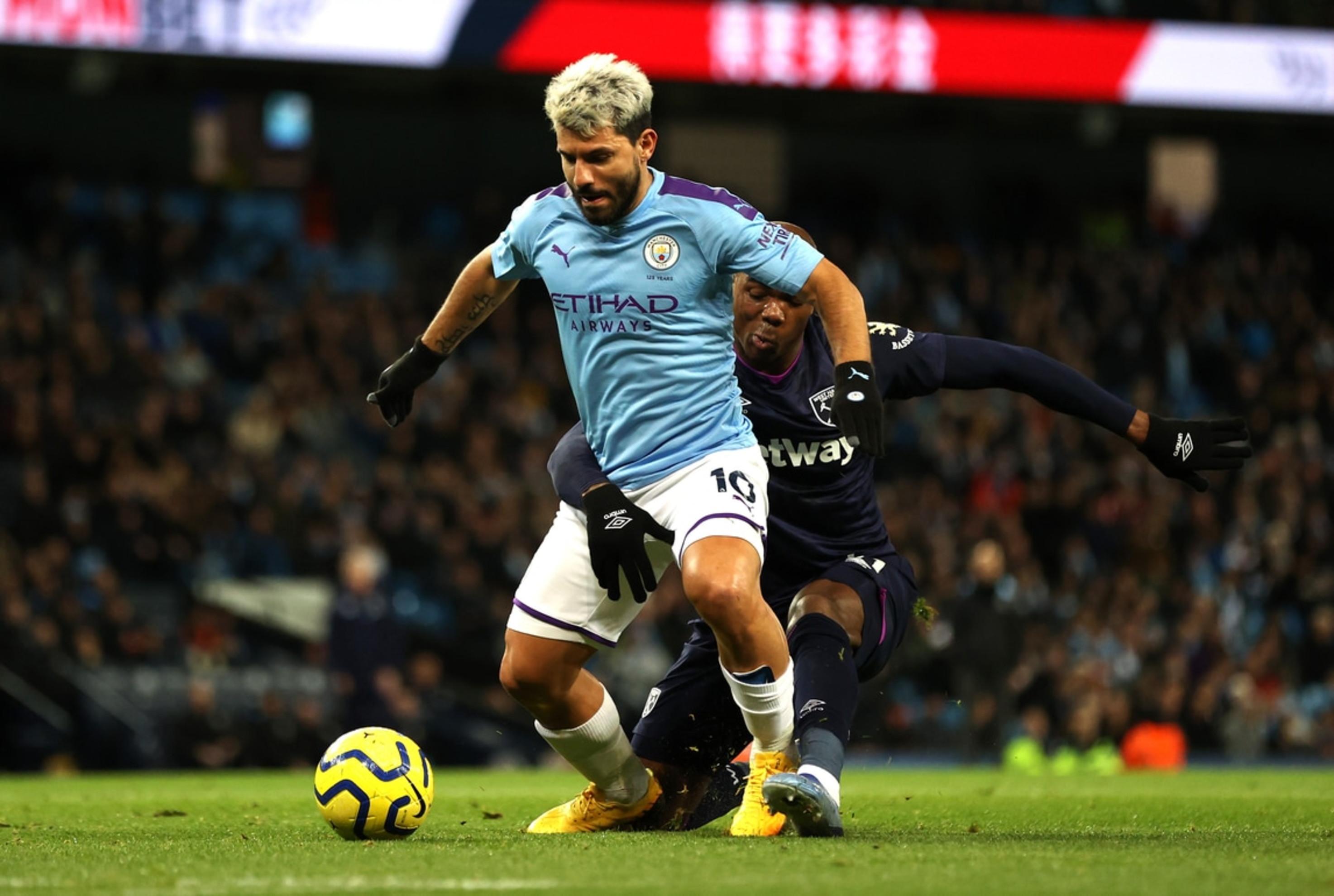Il Manchester City ha vinto 2-0 contro il West Ham nel recupero della ventiseiesima giornata di Premier League, ma più che per la vittoria degli uomini di Guardiola la partita ha fatto scalpore per quanto accaduto fra Ogbonna e Aguero, con il difensore italiano protagonista di un intervento ai limiti della… molestia. Il Kun è lanciato verso la porta e per fermarlo l'ex Juve opta per una presa, anche piuttosto stretta, proprio lì dove non batte il sole. L'episodio è diventato subito virale sui social, dove in tanti si sono chiesti, legittimamente, perché non sia intervenuta il VAR, mentre altri hanno paragonato l'immagine alla condizione del City, stretto nel pugno duro della UEFA...