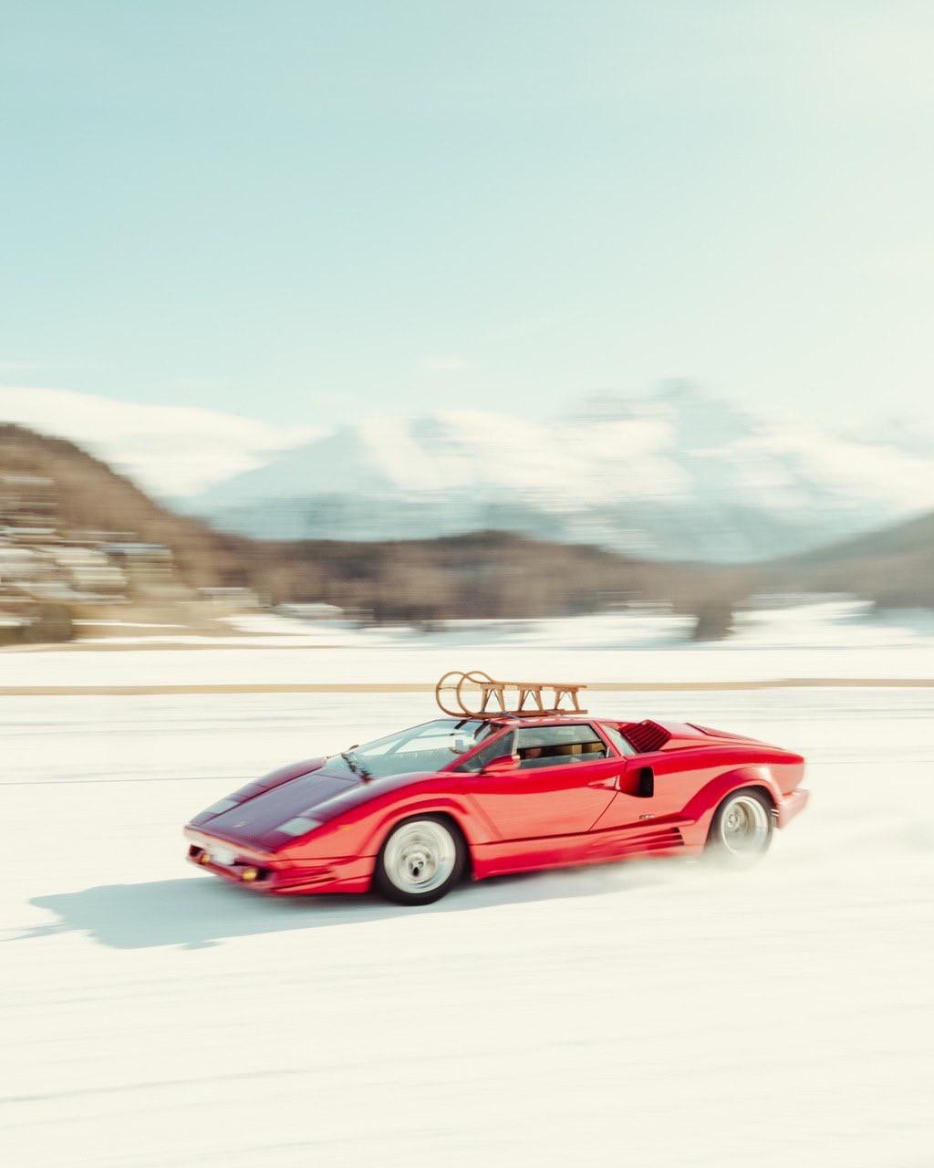 Sabato 29 febbraio appuntamento sul lago ghiacciato delle Alpi svizzere per un weekend dedicato agli appassionati di auto classiche, vintage e di corsa. Foto di Davide De Martis@defuntis