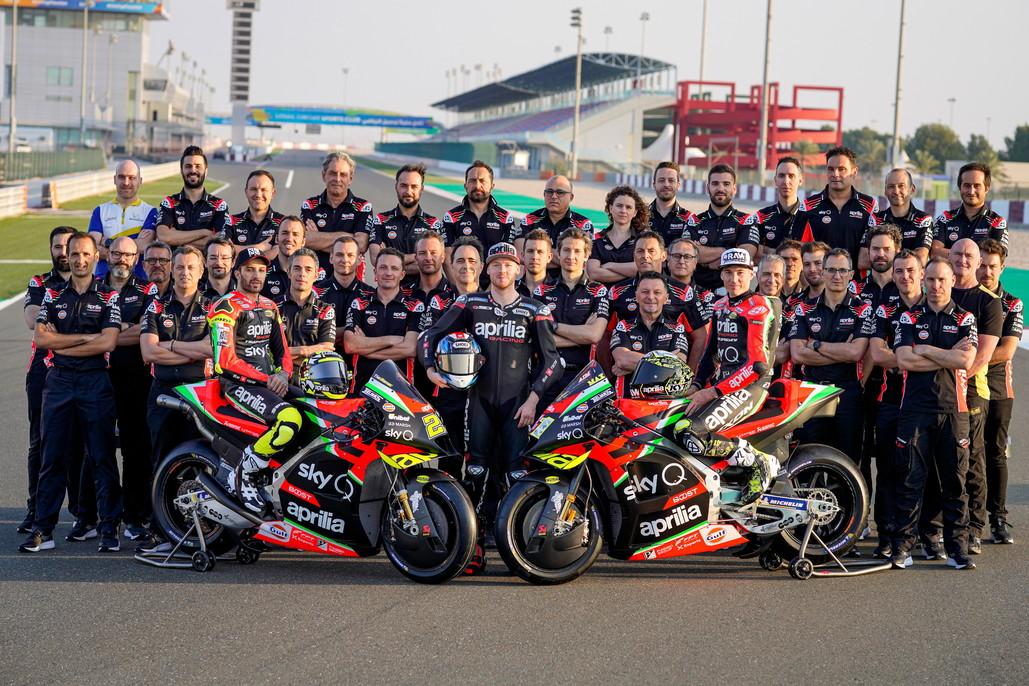 Presentata in Qatar la squadra che porterà in pista la nuova RS-GP 20 per sfidare i big della MotoGP. La moto sarà affidata ad Aleix Espargaro e Andrea Iannone, ancora alle prese con il caso doping. Pronto a sostituirlo il collaudatore Bradley Smith.