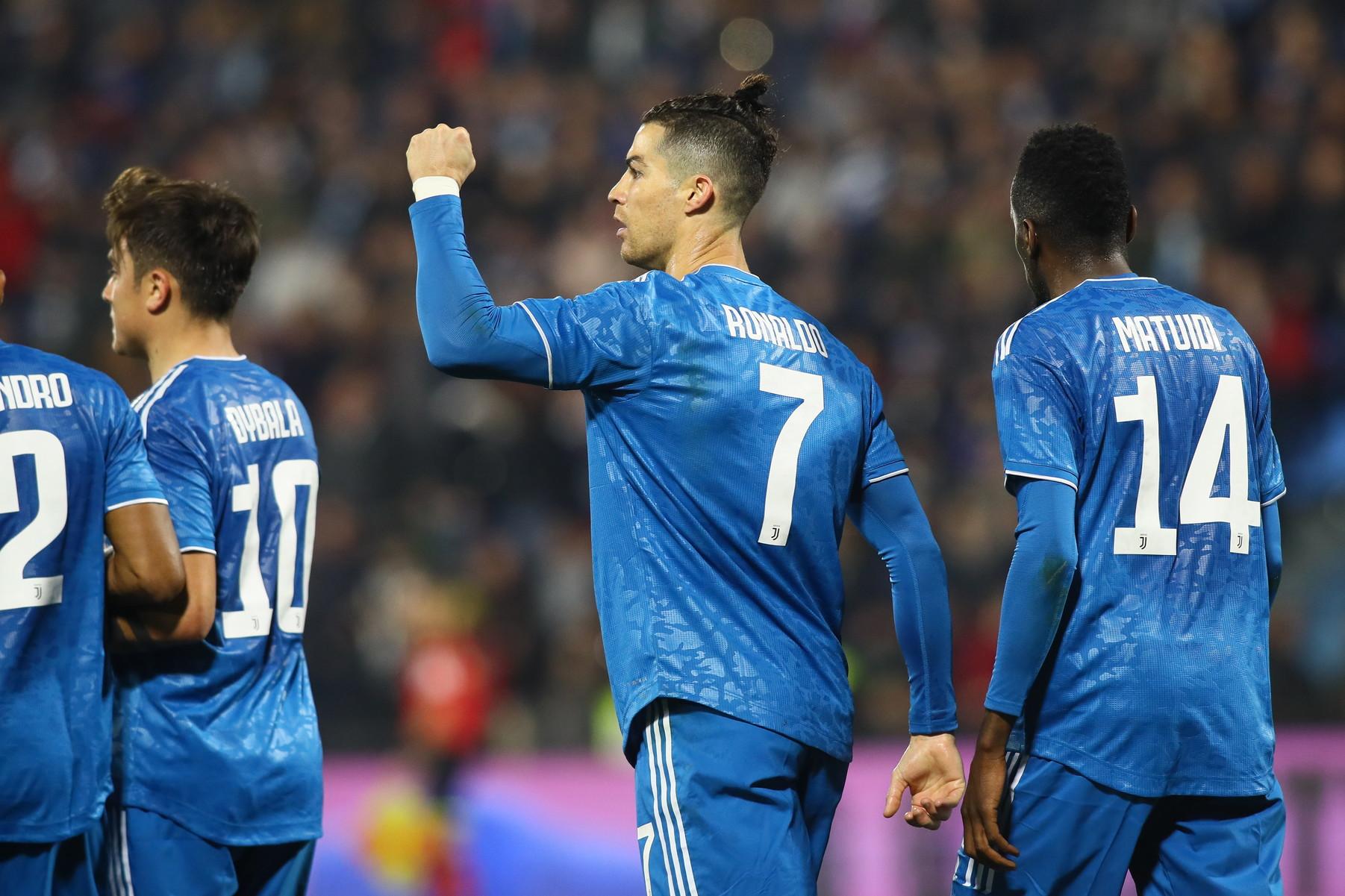 Nel terzo anticipo della 25a giornata di Serie A,la Juventus batte la Spal 2-1, torna a vincere in trasferta e allunga momentaneamente a +4 sulla Lazio.