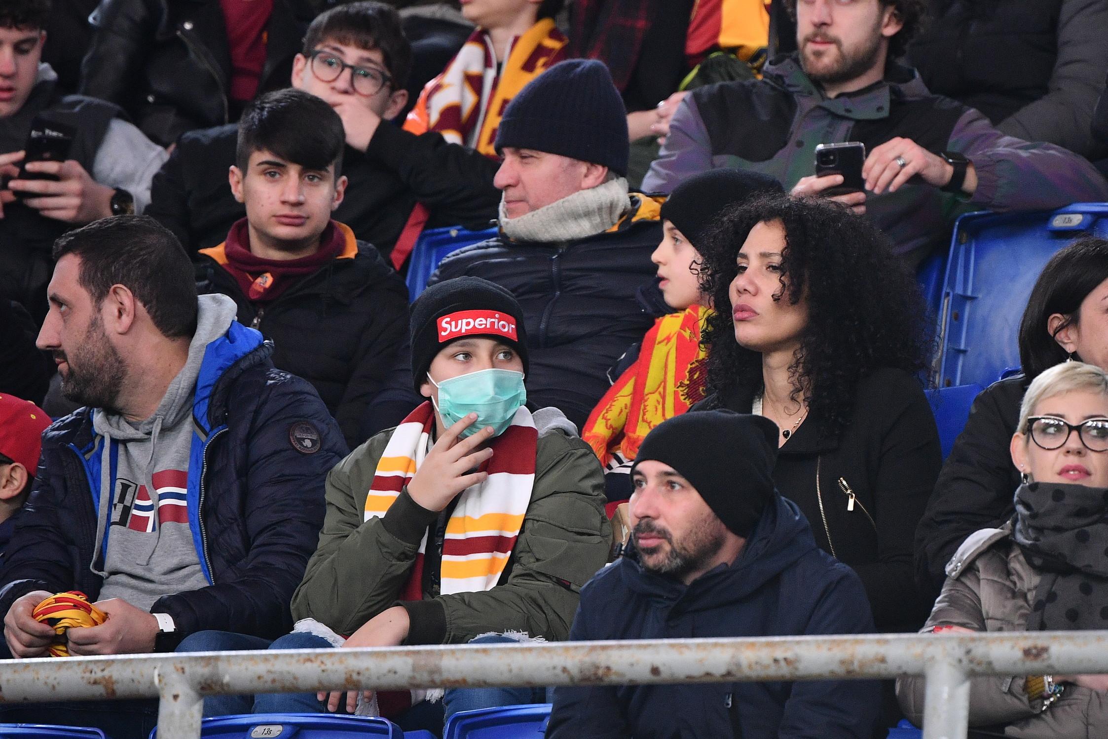 Roma-Lecce è stata l'unica partita di Serie A giocata domenica pomeriggio a causa del coronavirus. E allo stadio Olimpico sono comparsemascherine e guanti per proteggersi dal virus che sta spaventando l'Italia ed evitare il contagio.