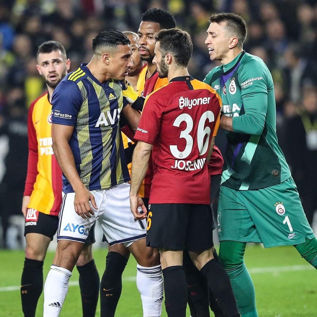 Grande festa a Istanbul, dove i tifosi del Galatasaray sono scesi in piazza per celebrare un successo storico. Erano infatti 21 anni (era il 22 dicembre 1999 e curiosamente in panchina c'era Fatih Terim, ndr) che i giallorossi non trionfavano in trasferta nell'accesissimo derby contro il Fenerbhace, che anche questa volta è sembrato più una battaglia che una partita di calcio: 12 ammoniti e 3 espulsi dopo una gara senza esclusione di colpi che ha visto la squadra di Terim imporsi per 3-1.