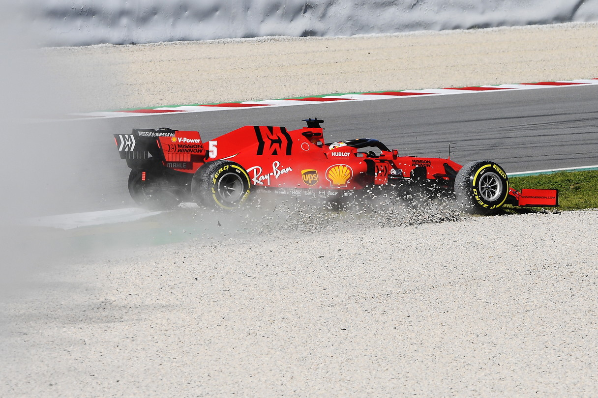 Sebastian Vettel a metà mattina dei testi a Barcellonaperde il posteriore della sua Ferrari alla chicane rapida tra le curve 7 e 8, finis...