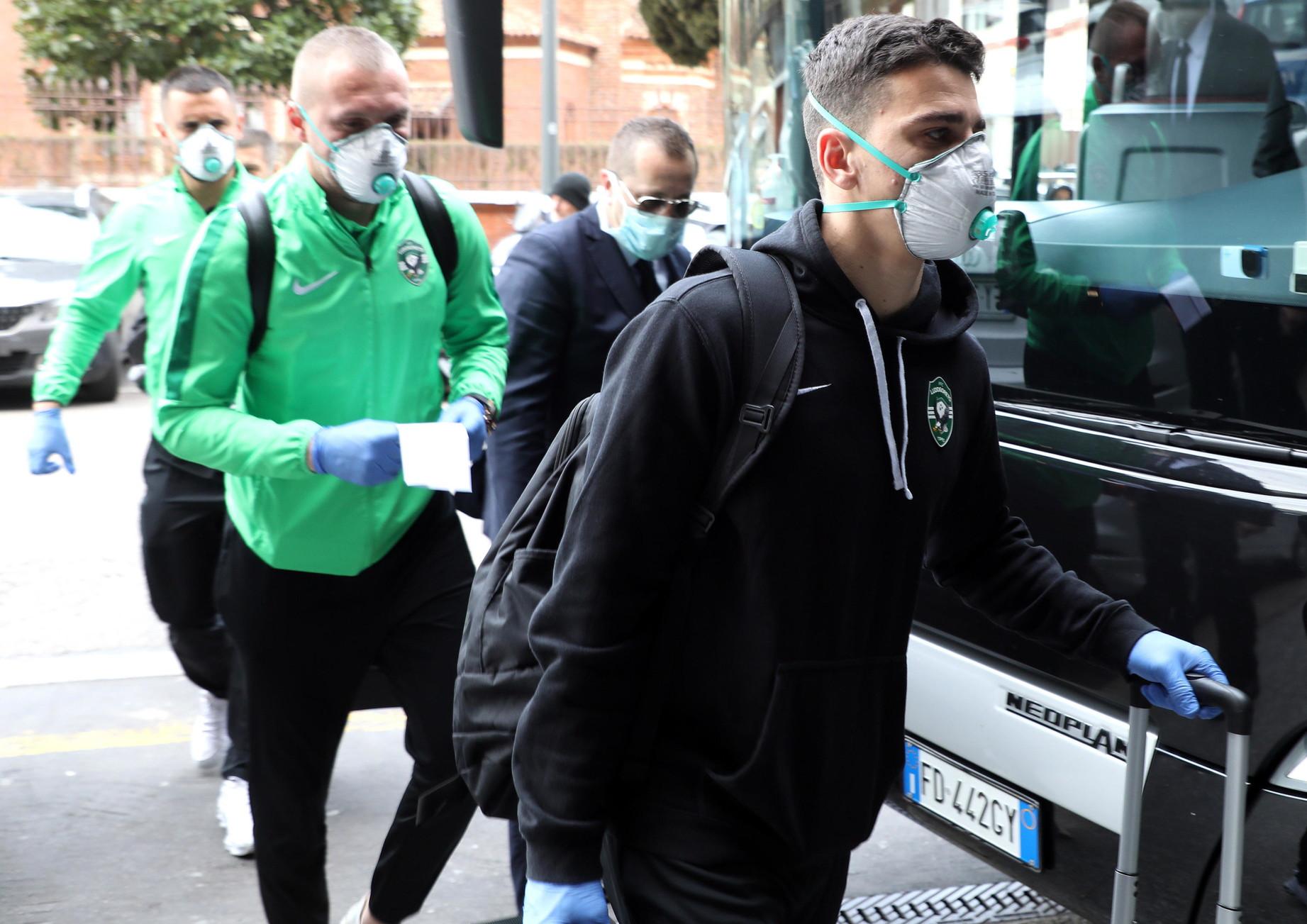 Mascherine a protezione del viso e guanti alle mani: sono scesi cosìdal pullman i giocatori del Ludogorets, avversario dell'Inter gio...