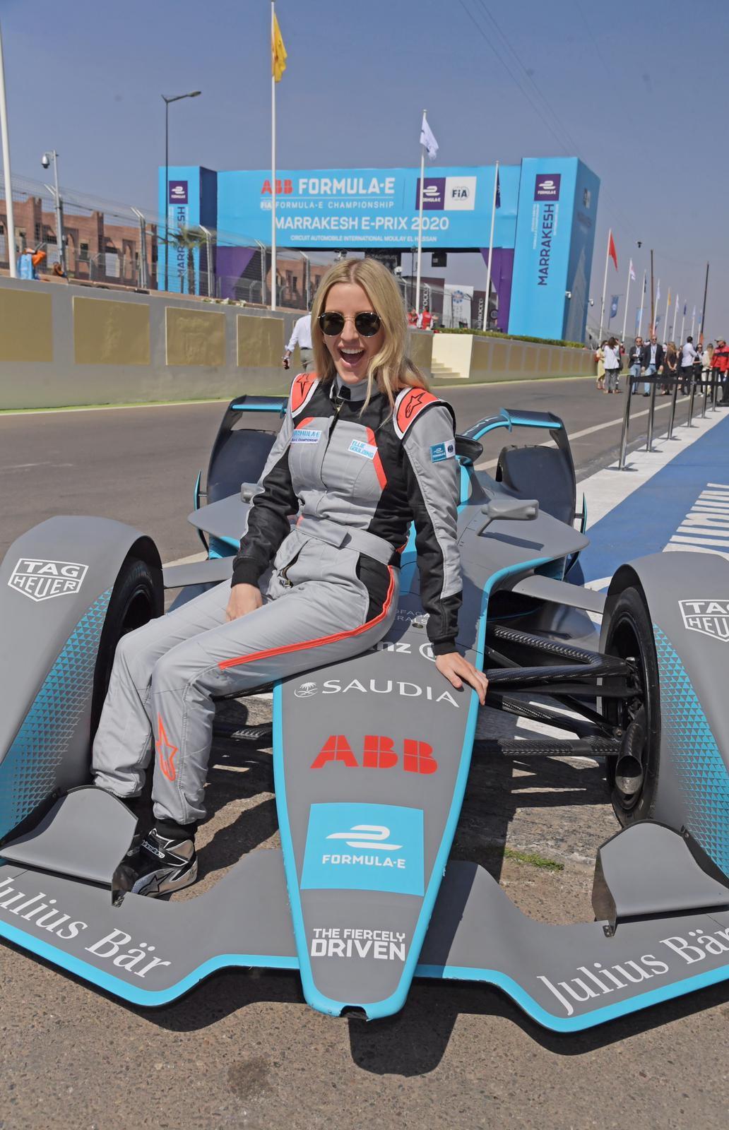 """Ellie Goulding, cantante britannica, ha indossato la tuta da corsa prima dell'E-PrixdiMarrakechprovando anche anche la BMW i8 safety car. """"Sono cresciuta con il motorsport, è stata un'esperienza incredibile. Questa è stata la mia seconda volta in Formula E e di sicuro non sarà l'ultima!"""" ha detto la popstar."""