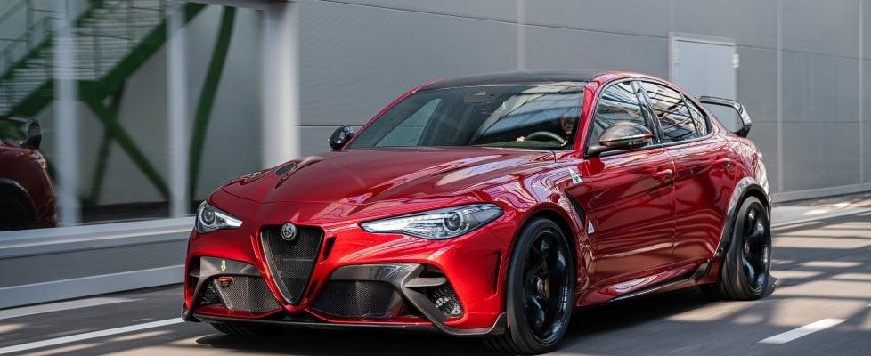 Alfa Romeo per i 110 anni di storia ha lanciato l'Alfa Romeo Giulia GTA e GTAm. La Gran Turismo Allegerita, infatti, pesa 100 kg in meno rispetto alla Quadrifoglio e 540 cavalli. La versione m, la più estrema, invece verrà prodotta in soli 500 esemplari e ha solo due posti, roll bar e cinture a 6 punti.