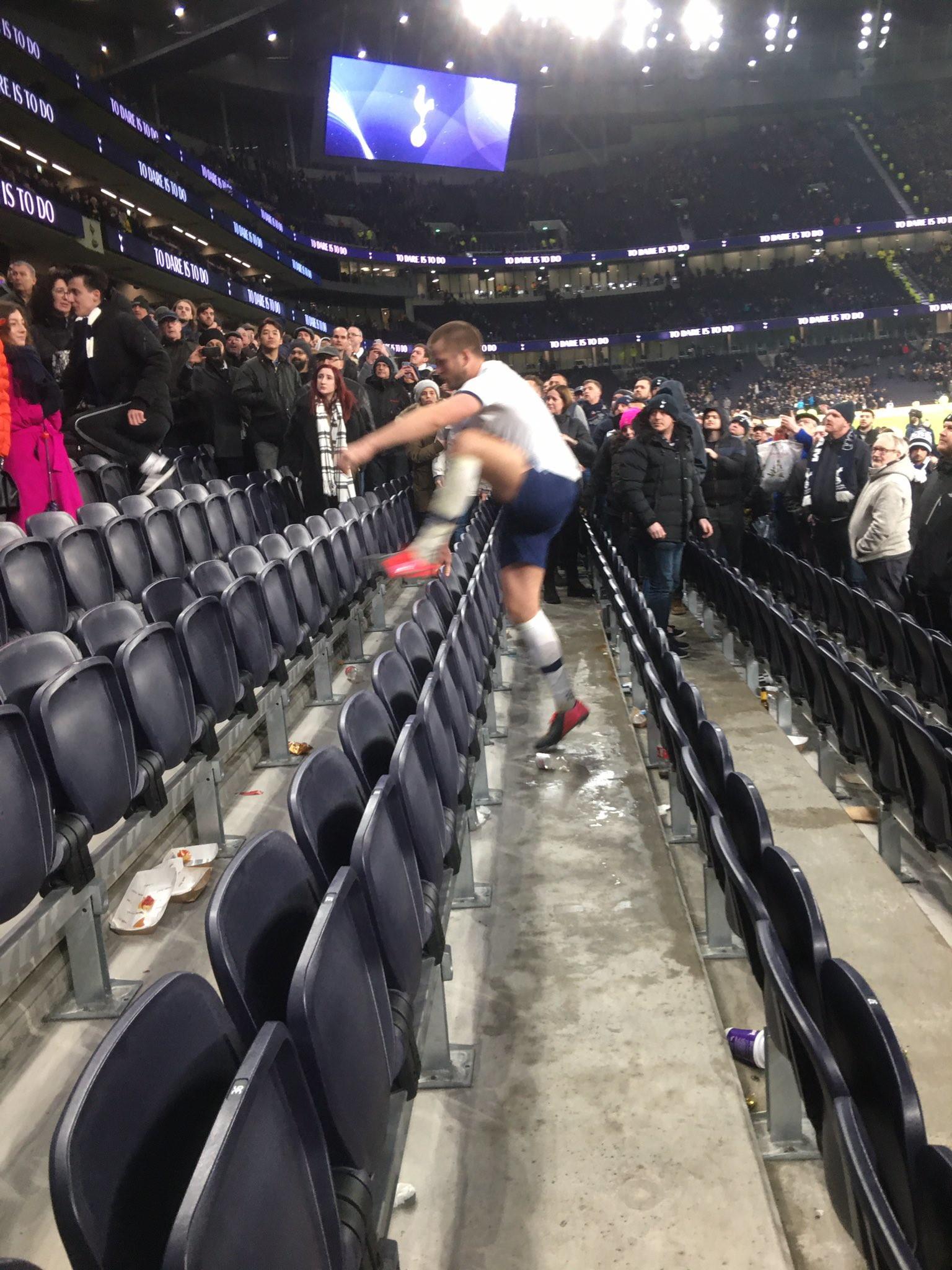 """<p style=""""text-align: justify;"""">Il giocatore&nbsp;del Tottenham Eric Dier&nbsp;&egrave;&nbsp;stato squalificato per quattro partite per essere salito sugli spalti per affrontare un tifoso dopo la sconfitta della sua squadra nella Coppa d&#39;Inghilterra a marzo. L&#39;incidente &egrave;&nbsp;avvenuto dopo che il Tottenham ha perso ai rigori contro il Norwich, Dier si diresse verso un&#39;area del campo di fronte alla tribuna dove sedevano il fratello minore e la famiglia. Dier era stato offeso verbalmente da uno spettatore, quindi era salito sugli spalti e si era arrampicato dopo aver visto suo fratello litigare con lo spettatore. Dier&nbsp;&egrave;&nbsp;stato squalificato per condotta &quot;minacciosa&quot; ed &egrave;&nbsp;stato multato di 50.000 sterline.<br /><br />"""